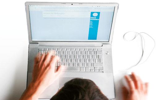 Laptop-Bedienung zu Illustration von Usability, User Interface