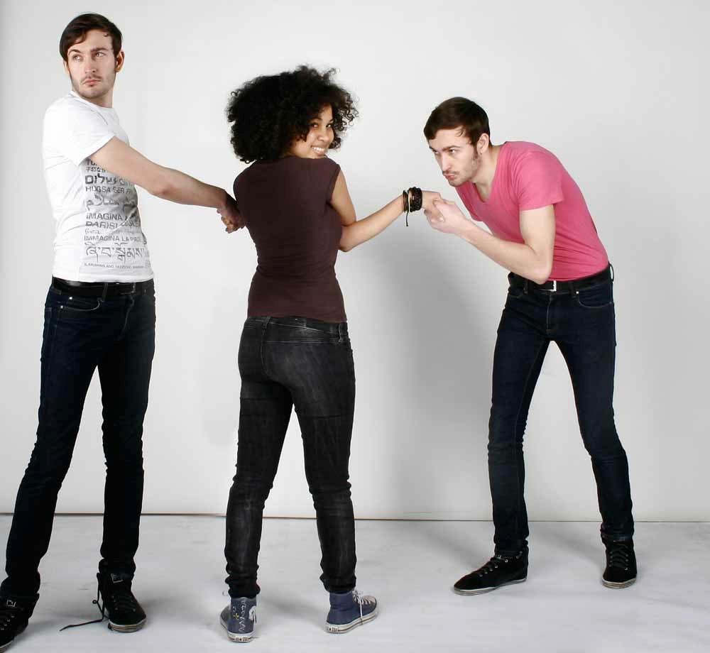 Junge Frau steht vor der Wahl zwischen zwei Männern