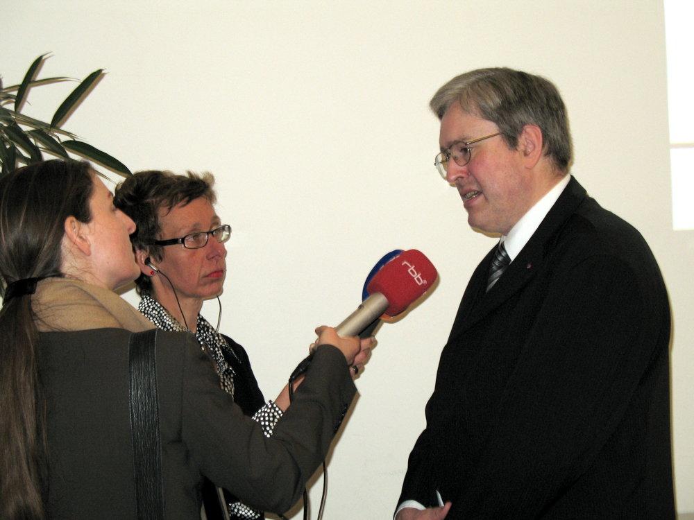 TU-Präsident Jörg Steinbach beantwortet Fragen von Radio-Journalistinnen.
