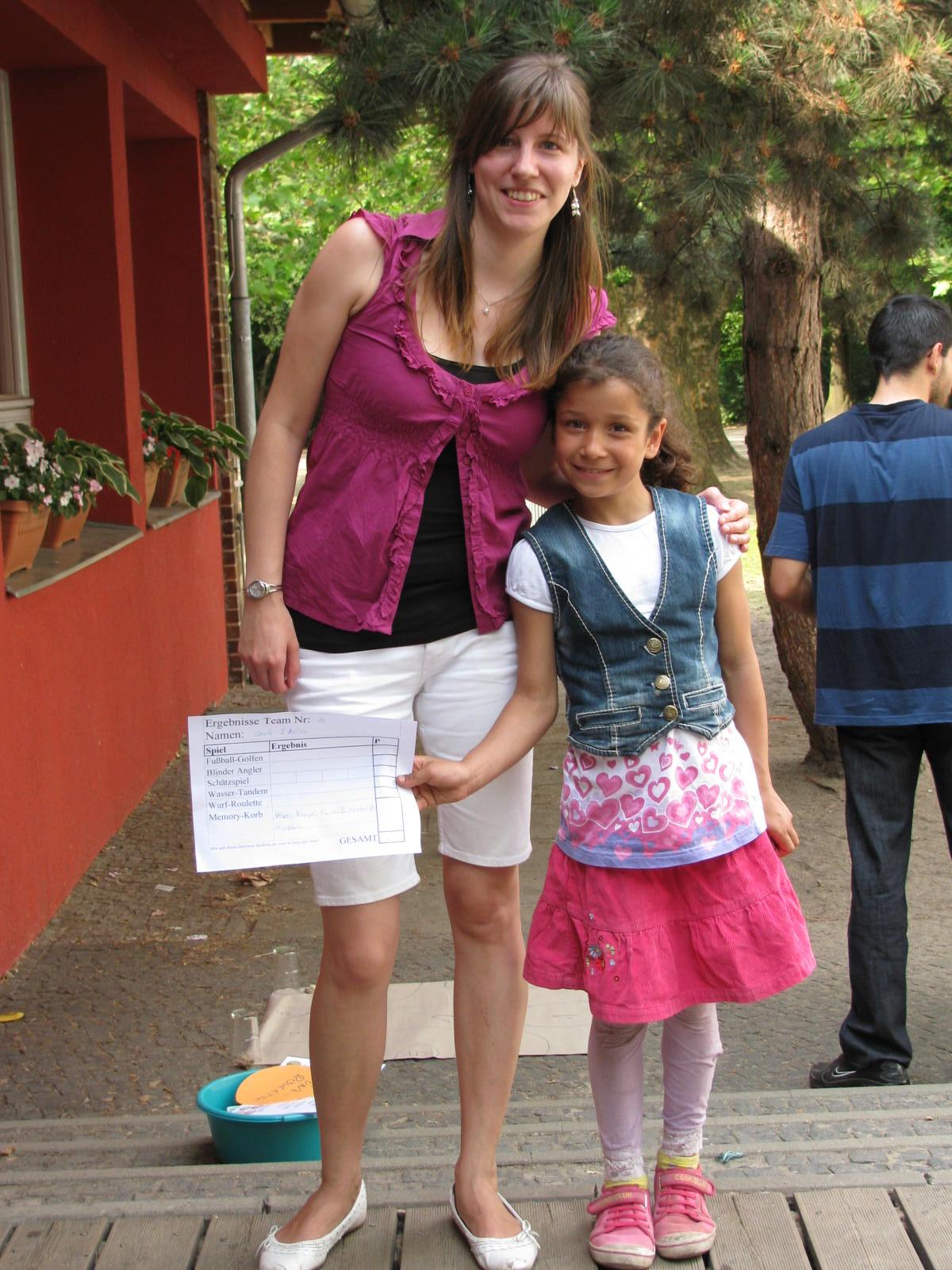 Eine Studentin und eine Grundschülerin bilden ein Tandem