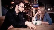 Mann und Frau treffen ist im Cafe für ein schnelles Kennenlernen