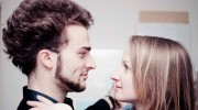 Mann und Frau finden im Frühling zueinander