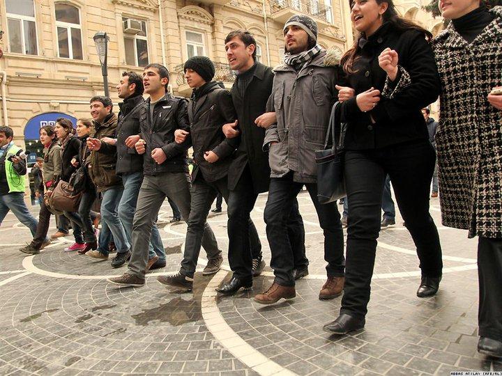 Jugendliche im Zentrum Bakus (Hauptstadt von Aserbaidschan) im März 2011
