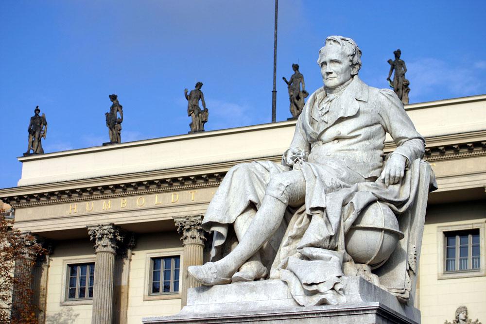 Eingangsportal der Humboldt-Universität mit Alexander von Humboldt