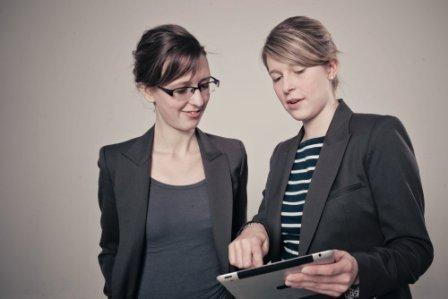 """Anna-Christina Laich und Anne Bettina Nonnaß sind Studentinnen der FU und im Rahmen des Funpreneur- Wettbewerbes Gesellschafterinnen der """"PenUniPapers GbR"""" (Foto: Albrecht Noack)."""