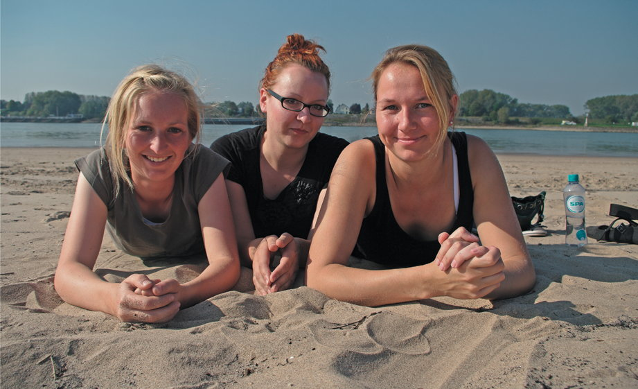 Anna (rechts) mit Freundinnen am Strand der Waal