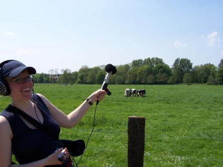 Nele Lindemann bei Audioaufnahmen auf einer Wiese im Hildesheimer Umland (Foto: Christiane Hänsel).