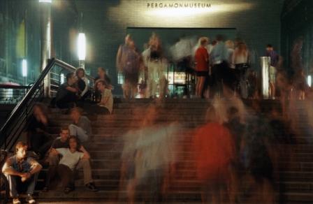 Menschen vor dem Pergamonmuseum in Berlin