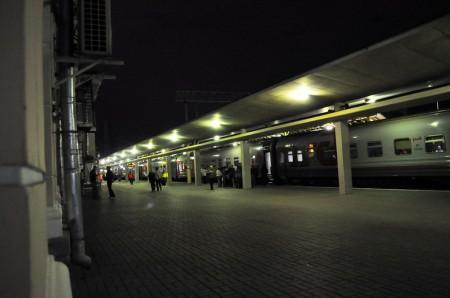 Der Moskauer Bahnhof in St. Petersburg bei Nacht