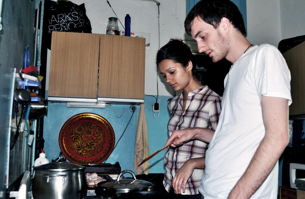 Während die Mutter sich um die Enkelin kümmert, bereiten Anna und Martin das Essen vor. Foto: Jan Lindenau