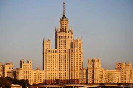 Ein Wohnhaus in Moskau im Zuckerbäckerstil