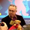 Dieter Kosslick mit dem Berlinale-Teddy.