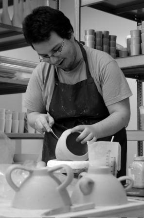 Michael Poggemann beim Bearbeiten einer Vase.