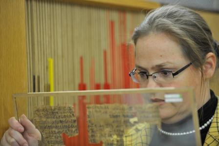 Verena Lepper ist Kuratorin der Papyrussammlung des Ägyptischen Museums. Die altägyptischen und orientalischen Papyri, Texte und Zeichnungen auf aus der Papyruspflanze hergestelltem Beschreibstoff, zeugen von den ersten Kulturen der Menschheit (Foto: Bernd Wannenmacher).