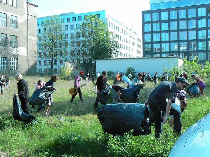 Aufräumarbeiten vor Beginn des Protestcamps