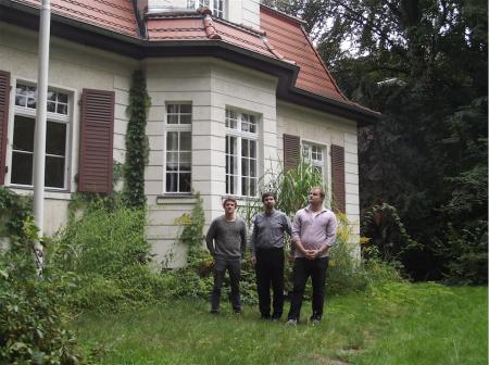 v.l.n.r.: Florian, Stefan und German vor ihrem Verbindungshaus