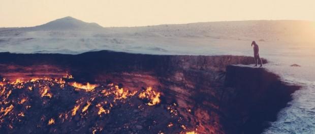 """Der bei Einheimischen als """"Door to Hell"""" oder """"Gates of Hell"""" bezeichnete Krater in Turkmenistan, entstand 1971 während einer Bohrung von sowjetischen Geologen. Um zu vermeiden, dass das sich darin befindende Erdgas austritt, wurde es angezündet und brennt bis jetzt noch immer. © Dominik Fleischmann"""