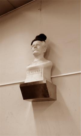Auch ein Nerpster? Die Büste des Gelehrten E.E. Kummer im Weierstraß-Hörsaal in der HU ziert seit einiger Zeit eine hippe Mütze. © Tobias Hausdorf