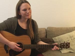 Konstanze Renken erklärt, wieso Liedermacher keine Singer-Songwriter sind. © Kathrin Stopp