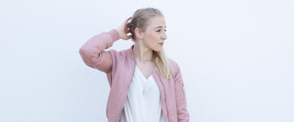 Bomberjacken liegen momentan total im Trend - auch für Clara ein Must-Have in diesem Frühjahr. - Quelle: fashionvernissage.com